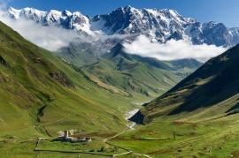 Villaggio di Ushguli, alta valle dell'Enguri e il monte Shkhara sullo sfondo. Georgia