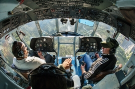 Piloti dell'elicottero della marina militare durante la spedizione Sulle Tracce dei Ghiacciai - Missione in Caucaso. Georgia