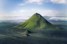 Il monte Maelifell, un perfetto cono vulcanico formatosi per solidificazione delle ceneri eruttate, si erge maestoso e isolato sulla piana del Myrdalssandur. Il sottilissimo strato di muschio verde che lo ricopre, ne evidenzia, in contrasto con le vaste pianure nere di sabbia lavica che lo circondano, ancor più la sua forma perfettamente conica.