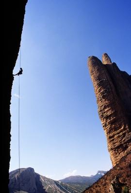 Giulia Di Fiore in corda doppia sulle guglie di Mallos De Riglos, Spagna
