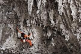 Ines Papert alla Grotta dell'Arenauta sulla via Salsiccia Power, Gaeta, Italia