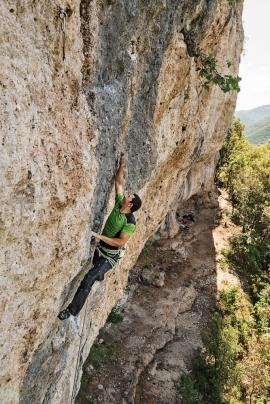 Marco Nescatelli libera una via di 8a+ alla nuova falesia La Fortezza, Rieti, Lazio, Italia