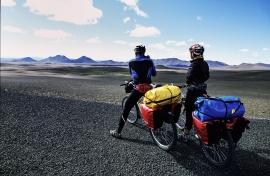 Bikers studiano il lungo tragitto ancora da percorre, Islanda