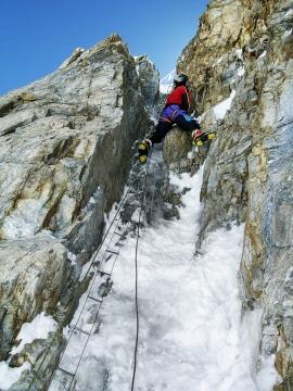 """Sergio Minoggio impegnato a slaire il Camino Bill sullo Sperone degli Abruzzi sul K2 durante la spedizione """"K2 2004 - 50 anni dopo"""", Pakistan"""