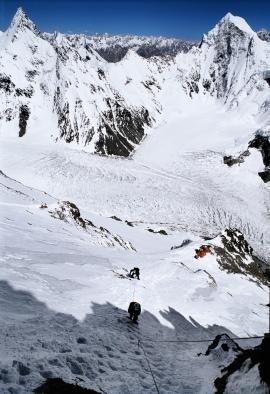 """Sergio Minoggio si avvicina al Camino Bill sullo Sperone degli Abruzzi sul K2 durante la spedizione """"K2 2004 - 50 anni dopo"""", Pakistan"""