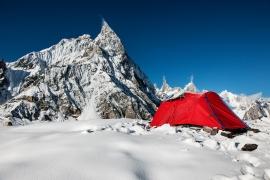 """Tenda del Campo Base delle spedizione """"Sulle tracce dei Ghiacciai"""" a Concordia. Sullo sfondo il Meatre peak, Pakistan"""