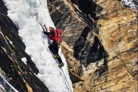 Alpinista su cascate di ghiaccio, Val Di Cogne, Val D'Aosta, Italia