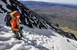 Giulia Di Fiore sul ripido pendio del monte Herdubreid, Islanda