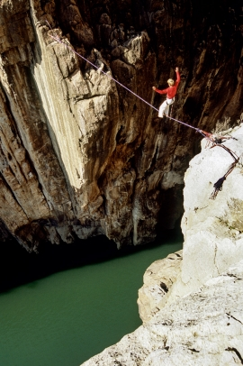 Stephan Siegrist sulla slakline nelle gole di El Chorro, Andalusia, Spagna