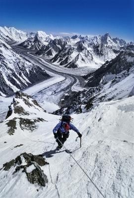 """Giovane alpinista svizzero impegnato a salire gli ultimi metri prima del Campo 2 (6900m), sul K2, sulla via """"lo sperone degli Abruzzi, Pakistan"""