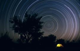 Fabiano_Ventura_Portfolio_Notturni_Nightly_Tracce_stellari_Namibia_03Albero+tenda