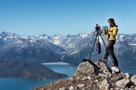 """Alaska 2013. Sulla vetta di una montagna senza nome per la ripetizione di uno scatto di A.J. Brabazon nel Glacier Bay National Park, spedizione """"Sulle Tracce dei Ghiacciai - Alaska 2013"""". Foto di: Riccardo Scotti, Archivio: F. Ventura"""
