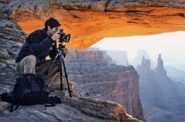 Utah - USA 2006: durante le riprese fotografiche del Mesa Arch nel Canyoland National Park, l'incredibile posizione dell'arco di arenaria sull'orlo di una grande parete viene illuminato dalla luce del sole all'alba. Foto: Archivio F. Ventura