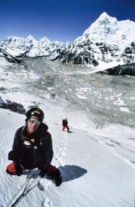 Nepal 2005: verso il Campo 1 del Jasemba ad una quota di circa 6000m durante la salita della ripida parete sud, nonostante le corde fisse si faticava molto a causa della parete molto ripida e del ghiaccio vivo. Foto: Karl Unterkircher. Archivio: F. Ventura